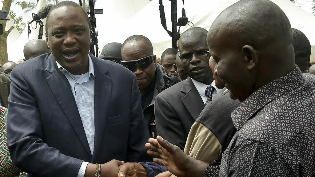 Uhuru Kenyatta félicité par ses supporters le 26 octobre 2017 après avoir voté.