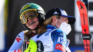 L'Autrichienne Katharina Liensberger (g), victorieuse du slalom, félicitée par l'Américaine Mikaela Shiffrin, aux Mondiaux de Cortina d'Ampezzo, le 20 février 2021