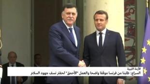 الرئيس الفرنسي إيمانويل ماكرون خلال لقائه رئيس حكومة الوفاق الليبية فايز السراج في باريس في 8 أيار/مايو 2019