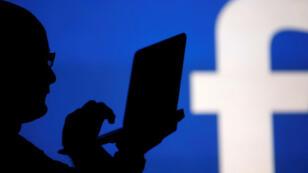 Facebook est particulièrement sous pression, ayant été la cible de vives critiques pour ne pas avoir su détecter des campagnes de manipulation de l'électorat américain lors de la présidentielle de 2016.