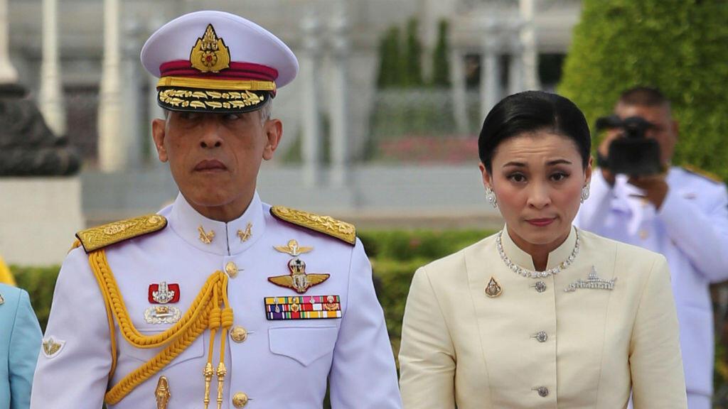 El rey de Tailandia , Maha Vajiralongkorn y la reina Suthida se van después de mostrar su respeto en la estatua del rey Rama V en la Plaza Real de Bangkok, Tailandia , el 2 de mayo de 2019.