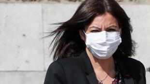 La maire de Paris, Anne Hidalgo, portant un masque, le 9 avril 2020 à Paris.