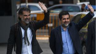 Jordi Sanchez (droite), président de l'Assemblée nationale catalane et Jordi Cuixart (g.), leader d'Omnium, à leur arrivée à la Haute Cour de Madrid, lundi 16 octobre.