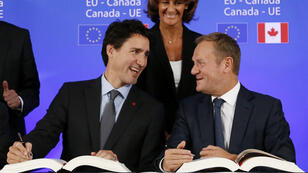 Le Premier ministre canadien Justin Trudeau (g) et Donald Tusk, président du Conseil européen, lors d'une rencontre sur le CETA, le 30 octobre 2016, à Bruxelles.