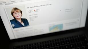 La chancelière allemande Angela Merkel fait partie des victimes d'un jeune hacker de 20ans.