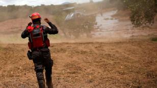Un bombero gesticula cerca de un helicóptero de rescate después de que una presa de la minera brasileña Vale SA explotara en Brumadinho, Brasil, el 27 de enero de 2019.
