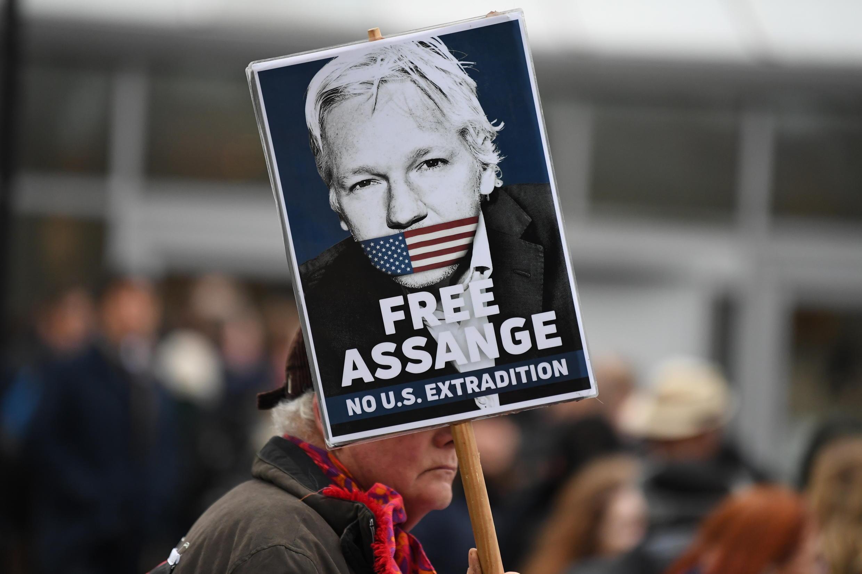 Assange et ses avocats soutiennent qu'il devrait être libéré de prison en raison du risque d'y contracter le coronavirus.