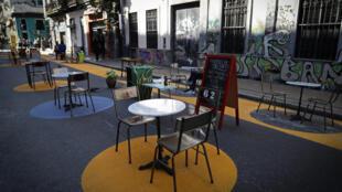 Mesas colocadas fuera de un bar manteniendo la distancia de seguridad en el barrio de San Telmo, Buenos Aires, el 5 de Septiembre 2020, en medio de la  pandemia de coronavirus