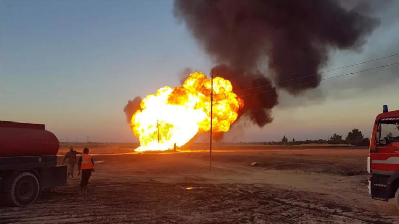 صورة نشرتها وكالة الأنباء السورية الرسمية سانا في 24 أغسطس/آب 2020 تظهر عناصر إطفاء يحاولون إخماد حريق في خط غاز بين منطقتي عدرا والضمير.
