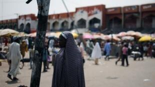 Une jeune femme sur le marché de Maiduguri, au Nigeria.