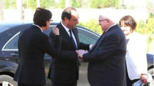 François Hollande salue le président irakien Fouad Massoum lors de son arrivée à Bagdad vendredi 12 septembre.
