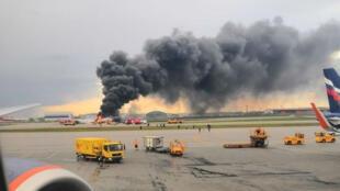 Le Soukhoï Superjet 100 en flammes à l'aéroport de Moscou-Cheremetievo, le 5 mai 2019.