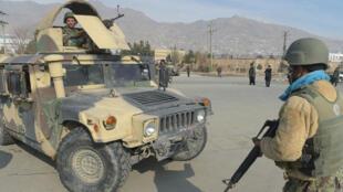 Des membres des forces nationales de sécurité afghanes sont postées autour un centre d'entraînement militaire attaqué par des hommes armés, lundi 18 décembre 2017.