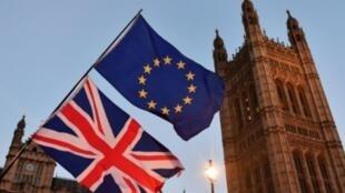 متظاهر مؤيد للاتحاد الأوروبي يرفع علمي بريطانيا والاتحاد في وسط لندن في 11 ك1/ديسمبر 2017