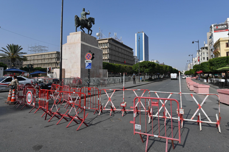 عوائق تمنع الدخول إلى جادة الحبيب بورقيبة في العاصمة التونسية في 27 تموز/يوليو 2021