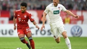Le milieu du Bayern Munich, Serge Gnabry (g), lors du quart de finale de la Coupe d'Allemagne face à Heidenheim, le 3 avril 2019