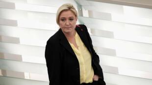 Marine Le Pen a publié trois photos d'exécutions imputées à l'EI sur son compte Twitter.