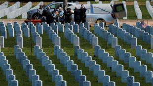 Imagen de archivo: una familia visita una tumba en el Cementerio Estatal de Veteranos en medio del brote de coronavirus, en Middletown, Connecticut, EE. UU., el 13 de mayo de 2020.