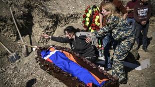 Une mère pleure son fils décédé à Stepanakert après des combats dans la région du Haut-Karabakh le 17 octobre.