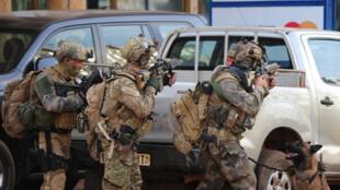 Des membres des forces spéciales françaises prennent position autour de l'hôtel Splendid, le 16 janvier 2016.