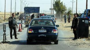 Des policiers égyptiens contrôlent une voiture à un point de contrôle dans le nord du Sinaï le 31 janvier 2015.