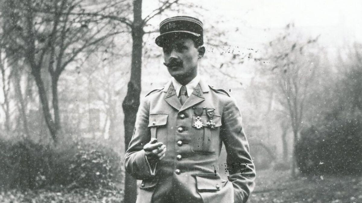 Maurice Genevoix photographié en uniforme d'officier sur le front ouest.