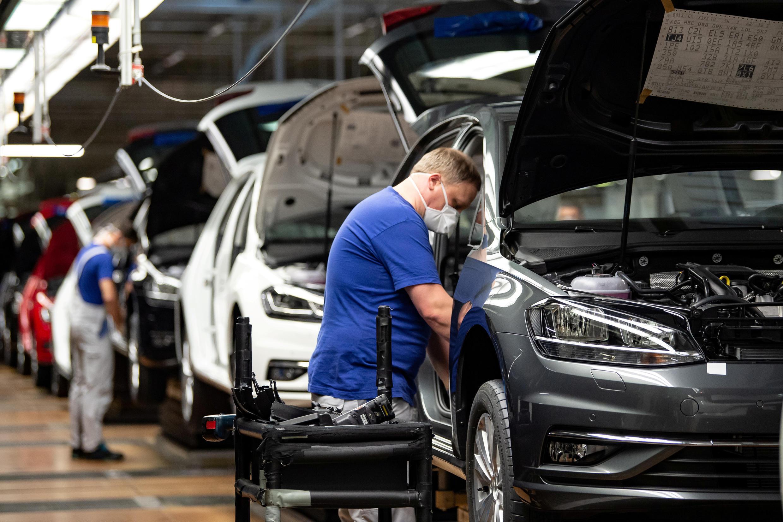 Las exportaciones alemanas se ven particularmente afectadas por las consecuencias de la pandemia de coronavirus. Aquí, un empleado de la línea de montaje de Volkswagen en Wolfsburg, el 27 de abril de 2020.