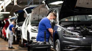 Les exportations allemandes sont particulièrement touchées par les conséquences de la pandémie de coronavirus. Ici, un employé dans la ligne d'assemblage de Volkswagen, à Wolfsburg, le 27 avril 2020.