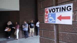Des électeurs font la queue pour aller voter à Arcadia, en Californie, le 8 novembre 2016.