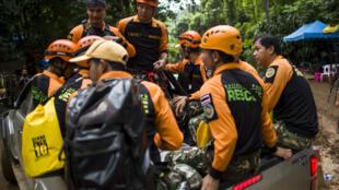 Les opérations de secouirs se poursuivent pour récupérer les enfants coincés dans la grotte depuis 14 jours.