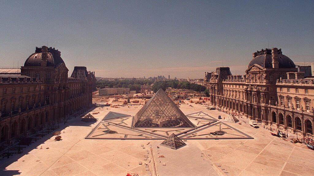 En esta foto de archivo tomada el 28 de julio de 1988 se muestra la obra de construcción de la pirámide del Louvre, diseñada por el arquitecto chino-estadounidense Ieoh Ming Pei.