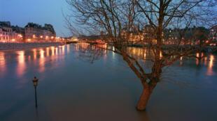 Les berges de l'île Saint-Louis, à Paris, après une importante crue de la Seine le 21 mars 2001.