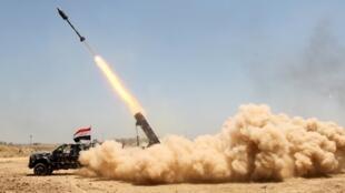 Combattants pro-gouvernementaux qui lancent une rocket à al-Sejar, dans la province d'Anbar, en Irak, le 27 mai 2016.