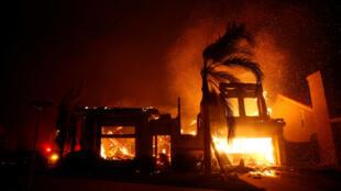 Une habitation en flammes à Thousand Oaks, en Californie, le 9 novembre 2018.