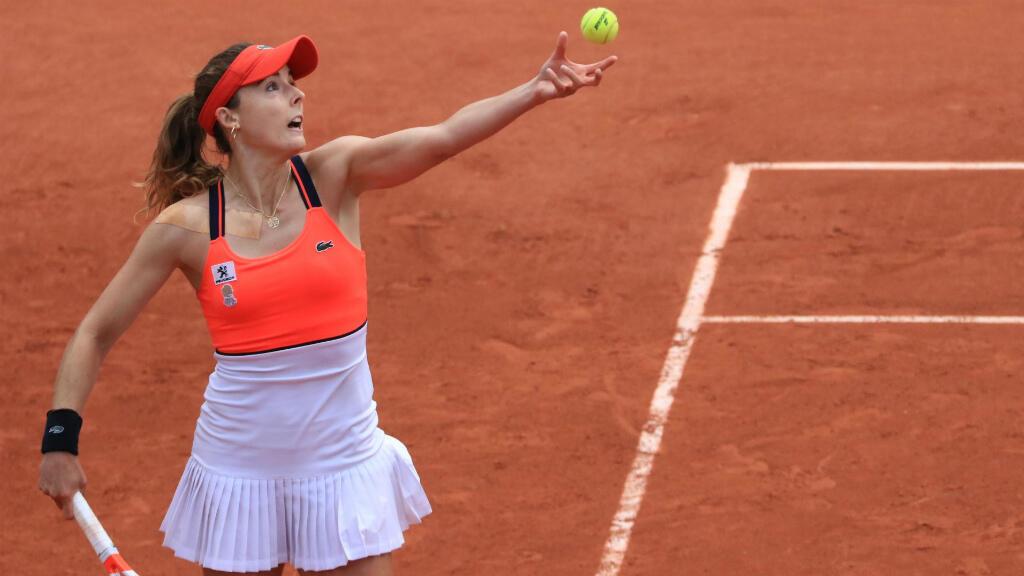 Alizé Cornet s'est qualifée pour les huitièmes de finale en battant la Polonaise Agnieszka Radwanska.