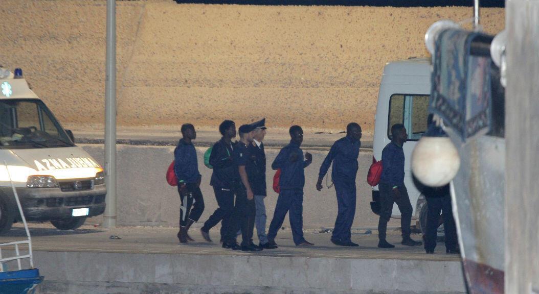 Archivo-Migrantes abordan un vehículo en el puerto de Lampedusa, Italia, después de que el gobierno italiano permitió el desembarco de 82 migrantes a bordo del barco de rescate Ocean Viking, el 14 de septiembre de 2019.