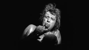 La légende française du rock, Johnny Hallyday, lors d'un concert le 29 avril 1969 à Paris.