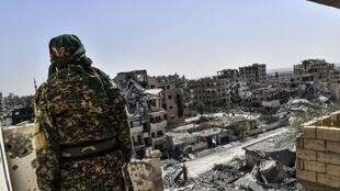 مقاتل في قوات سوريا الديمقراطية بالجبهة الغربية لمدينة الرقة، في 7 تشرين الأول/أكتوبر 2017.