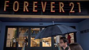 La gente camina frente a una tienda Forever 21 en el centro de Washington, DC, EE. UU., el 30 de septiembre de 2019.