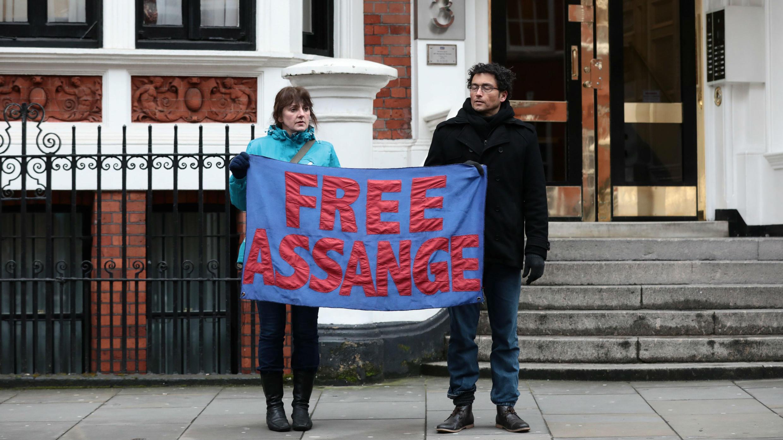 Los partidarios de Assange sostienen una pancarta frente a la Embajada de Ecuador en Londres, Gran Bretaña, el 13 de febrero de 2018.