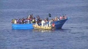 زورق إيطالي ينقذ مهاجرين في قارب صيد قبالة السواحل الليبية 15 آب/أغسطس 2015