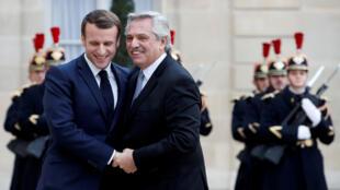 El presidente francés Emmanuel Macron da la bienvenida a su homólogo argentino Alberto Fernández, en el Palacio del Elíseo, en París, Francia, el 5 de febrero de 2020.