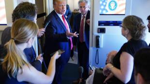 Le président américain Donald Trump parle à des journalistes à bord de l'avion Air Force One, le 30 mai 2020