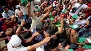 متظاهرون جزائريون يرددون هتافات للمطالبة بإزالة النخبة الحاكمة في الجزائر العاصمة، الجزائر، 2 آب/ أغسطس 2019