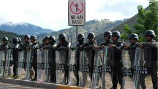 Au Honduras, le gouvernement a confié à la police et aux militaires des pouvoirs élargis pour contenir la violence des manifestations.