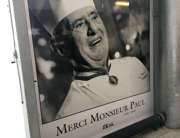 Hommage à Paul Bocuse dans la Halle de la gastronomie lyonnaise, qui porte son nom depuis 2006.