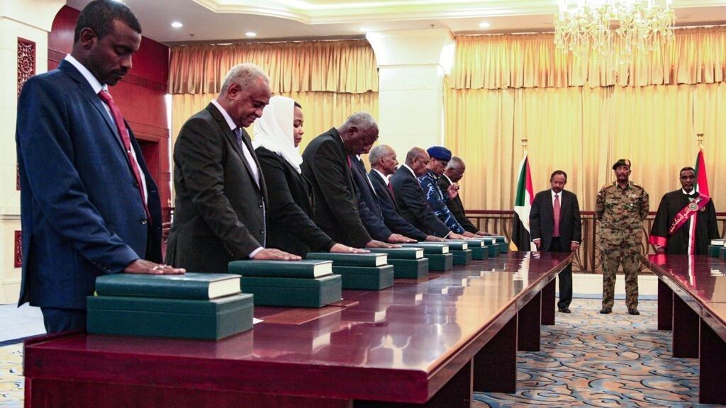 أول حكومة سودانية منذ الإطاحة بعمر البشير تؤدي اليمين الدستورية في الخرطوم