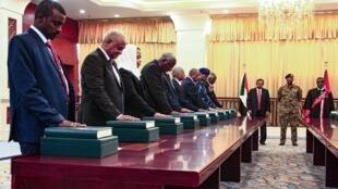 أعضاء مجلس الوزراء السوداني يؤدون اليمين بحضور رئيس الوزراء الجديد عبد الله حمدوك والجنرال عبد الفتاح البرهان في القصر الرئاسي بالعاصمة الخرطوم، 8 سبتمبر/أيلول 2019