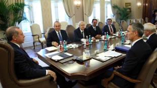 الرئيس التركي إردوغان والأمين العام لحلف الأطلسي ستولتنبرغ في اجتماع بين أنقرة وقادة الحلف 2014