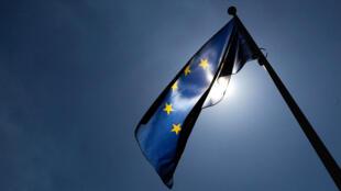 Una bandera de la Unión Europea ondea frente a la sede de la Comisión de la UE en Bruselas, Bélgica, el 20 de junio de 2018.